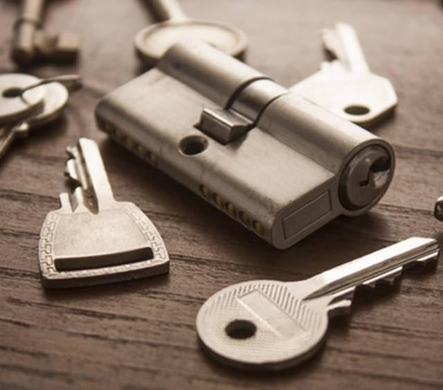 Schlüsselnotdienst, fairer Preis inkl. Anfahrt, wir öffnen zugefallene Türen und bauen ein neues Schloß für Sie ein